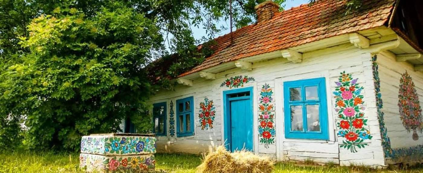 Wieś z kolorowymi malowidłami