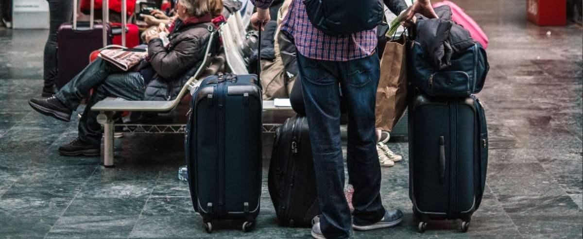 podróż z walizką lub plecakiem