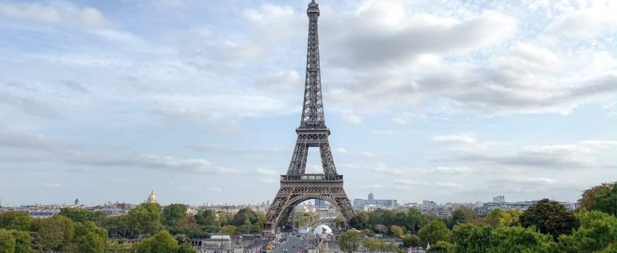 wieża eiffla zmienia kolor
