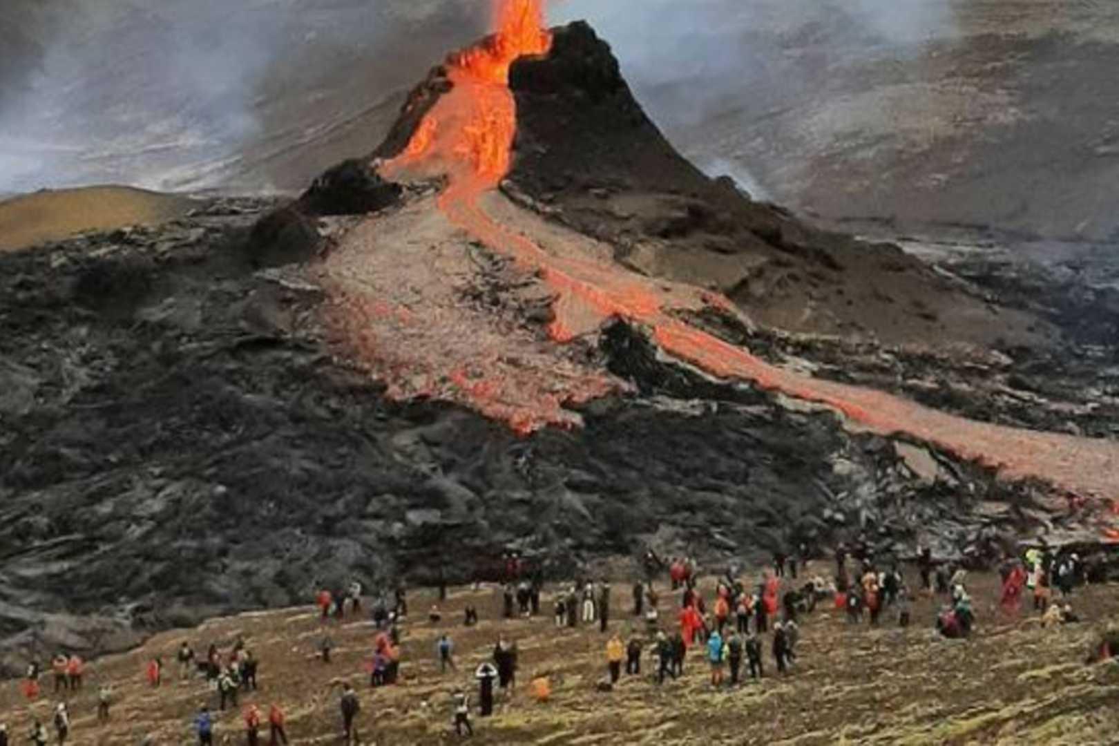 wulkan na Islandii oblegany przez turystów