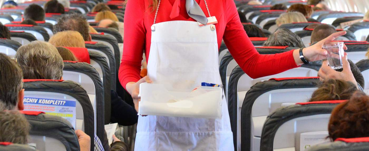 Stewardessa o pasażerach.