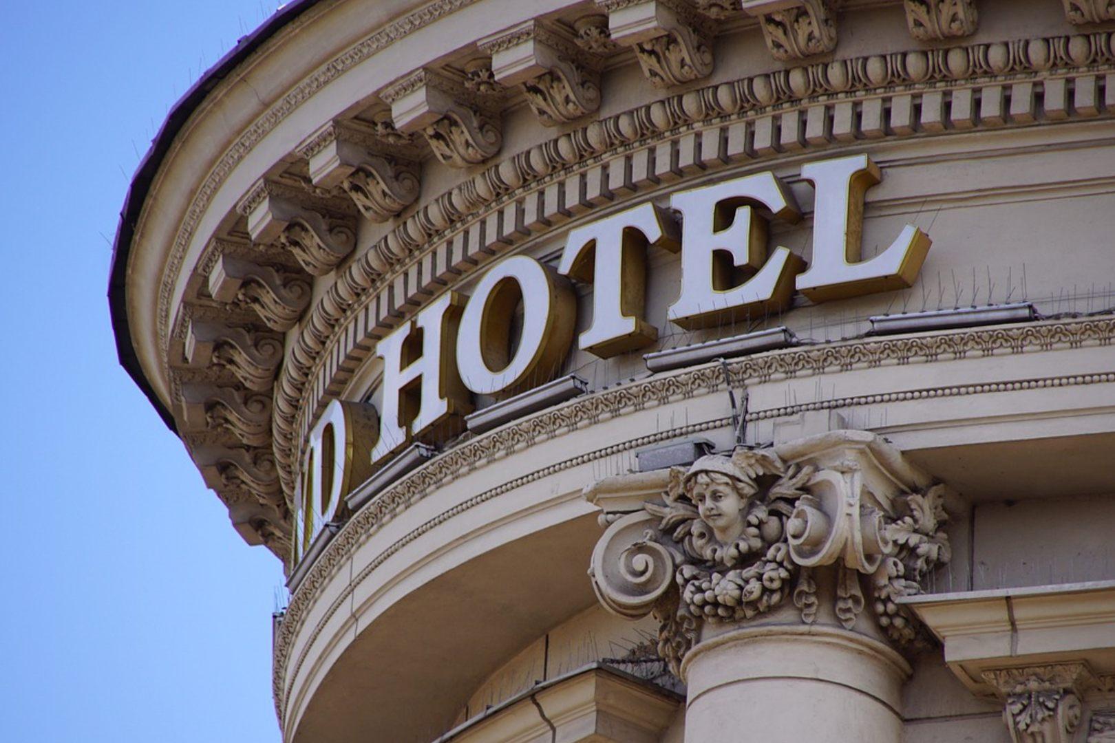 Rzecznik MZ tłumaczy obostrzenia w hotelach