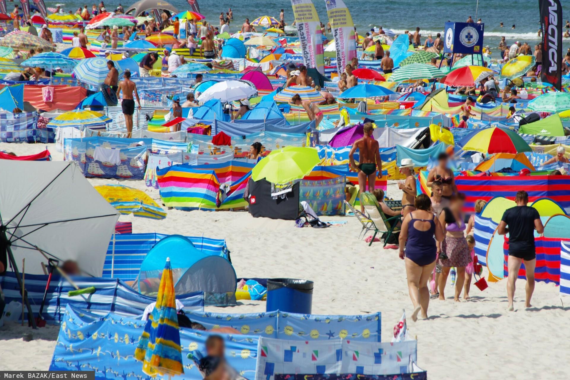 Turyści śmiecą na polskich plażach