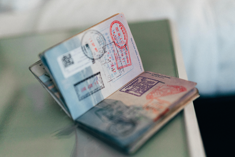 paszporty szczepionkowe wywołują kontrowersje