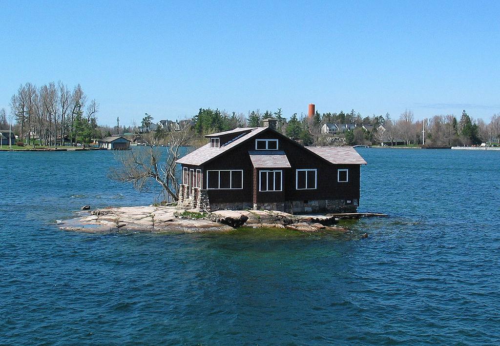 Dom na najmniejszej wyspie świata/fot. Wikimedia.org/Sergey Ashmarin/CC BY-SA 3.0/https://creativecommons.org/licenses/by-sa/3.0/deed.en