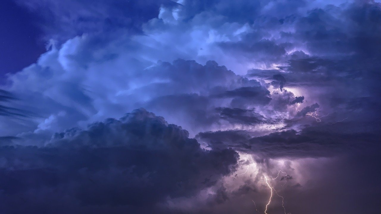 thunderstorm-3441687 1280