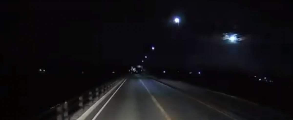 Niebo w Japonii. Spadający meteor
