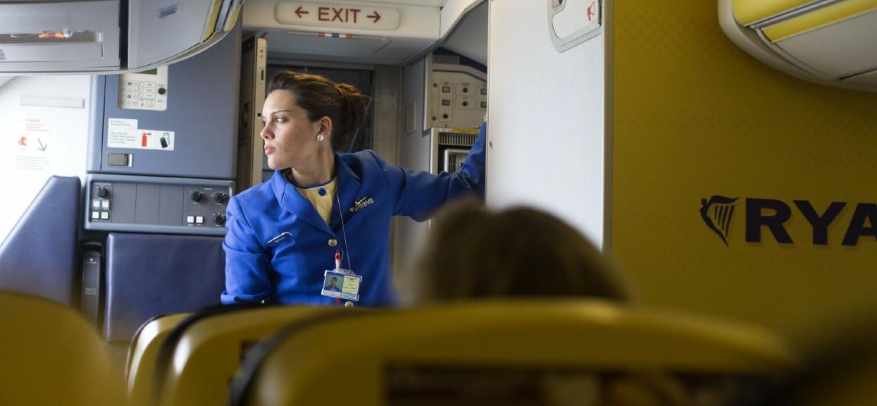 zarobki stewardes ryanair i wizzair