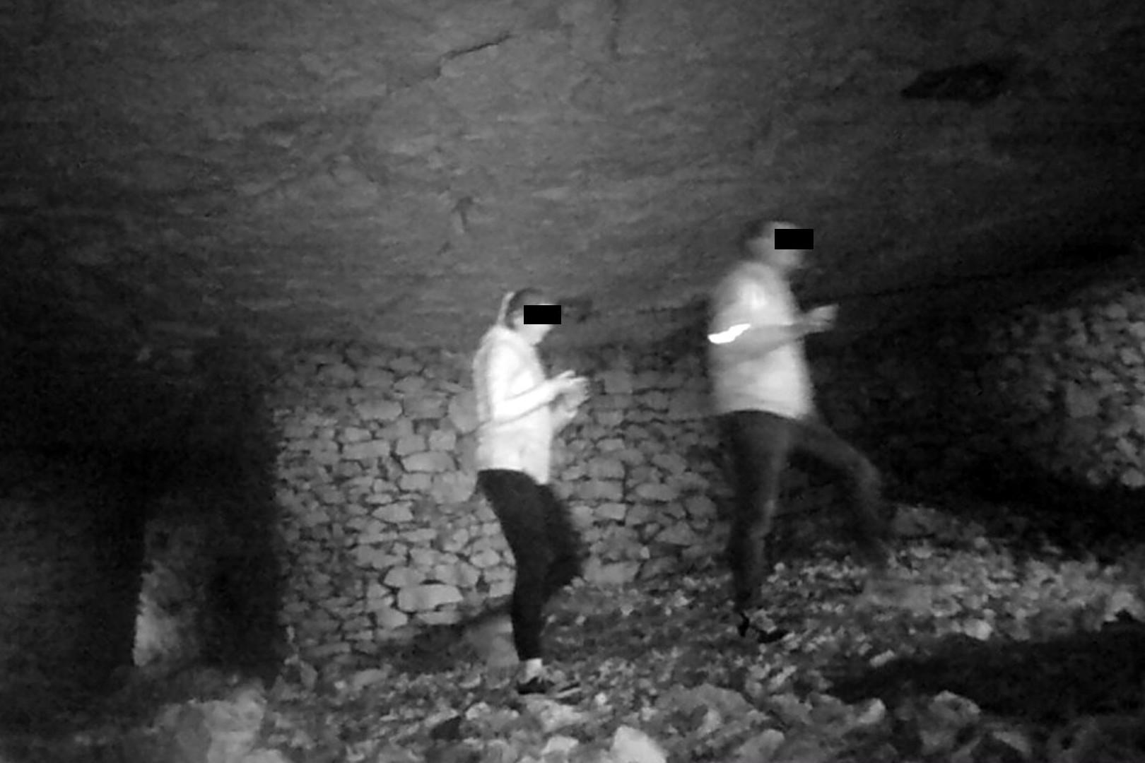 Turyści nielegalnie wchodzą do Jaskini Szachownica