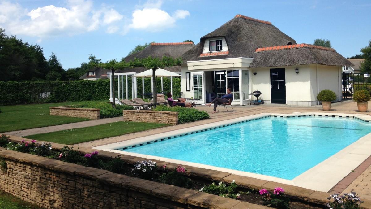 Een topzomer met een vakantiehuis met zwembad in Nederland