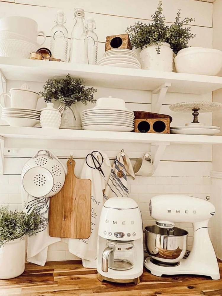 kitchen-holding-itty-bitty-farmhouse