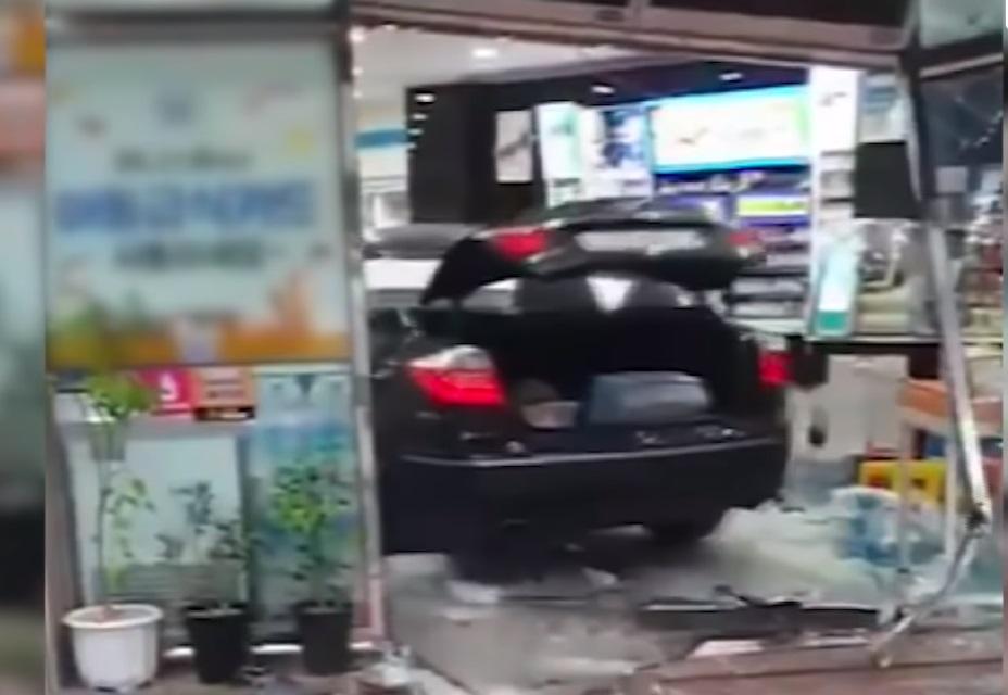 Kobieta zdewastowała sklep - wideo