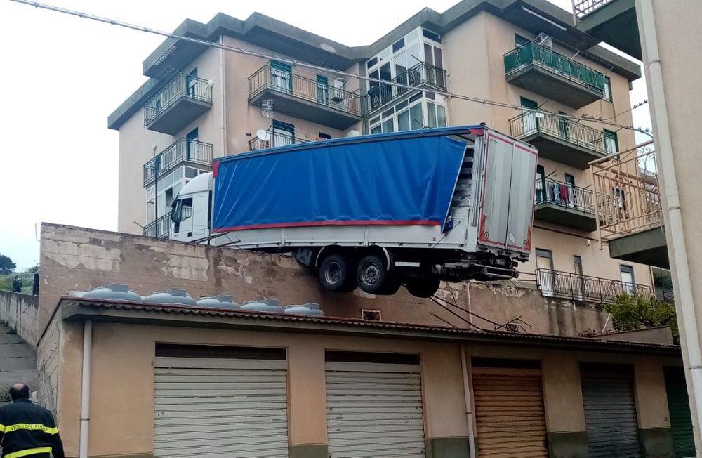 Ciężarówka stoczyła się na dach budynku. Ewakuowano sześć rodzin