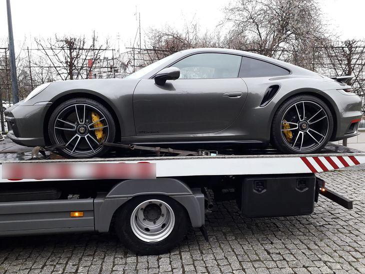 Policja przejęła warte niemal milion Porsche oszusta