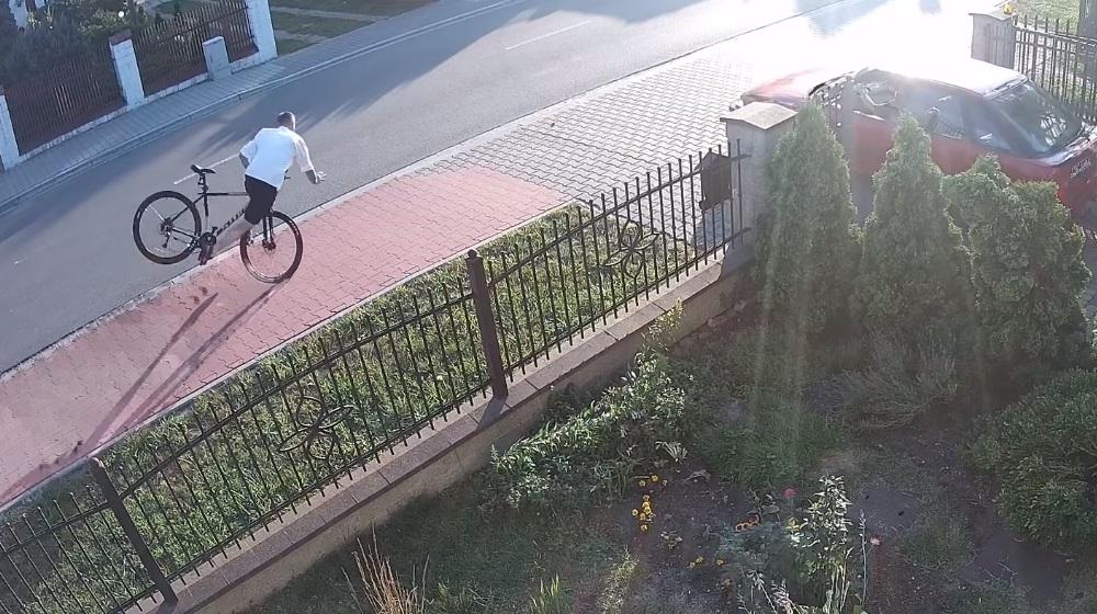 Rowerzysta wywinął orła. Wystraszył się wyjeżdżającego auta