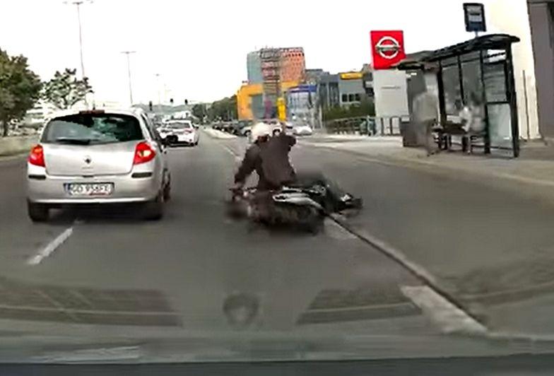 Motocyklista wywrócił się wprost pod koła. Szybka reakcja kierowcy ratuje mu życie