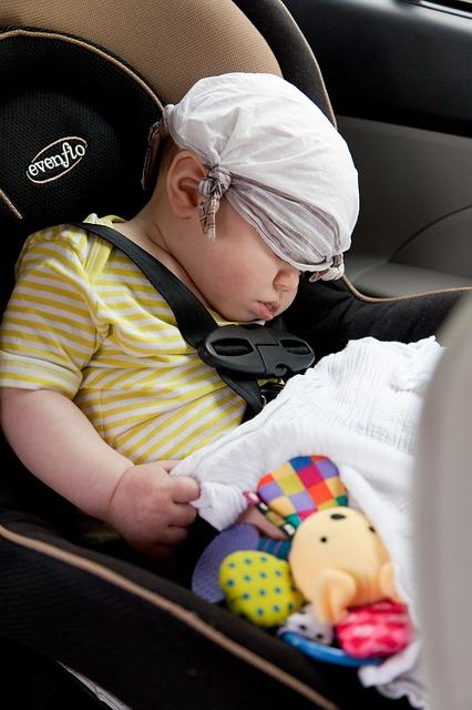 Jak przewozić dzieci w samochodzie? Przepisy, kary i wymogi