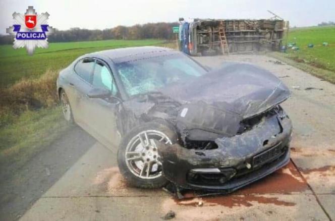 Porsche uderzyło w ciężarówkę wiozącą butle z gazem