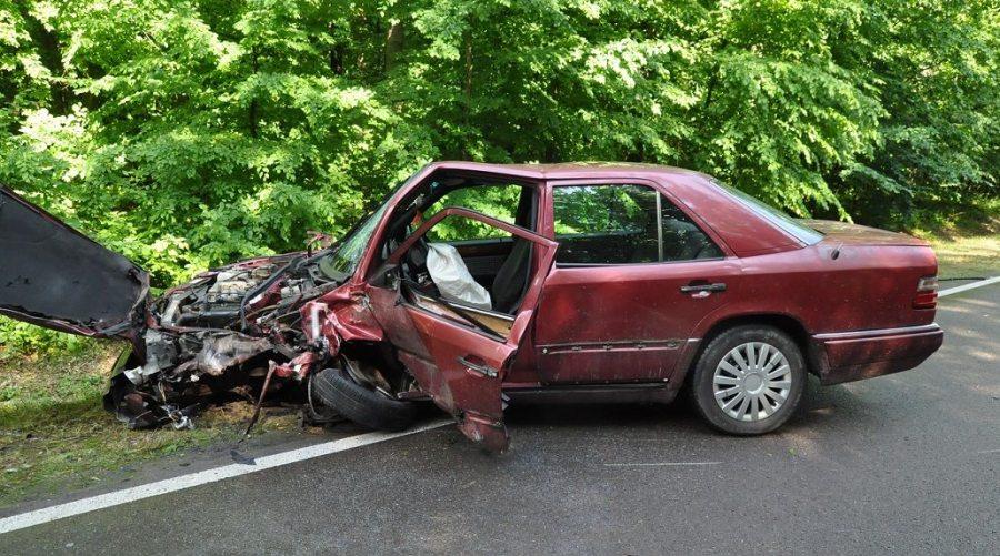 Mercedes wypadek w deszczu
