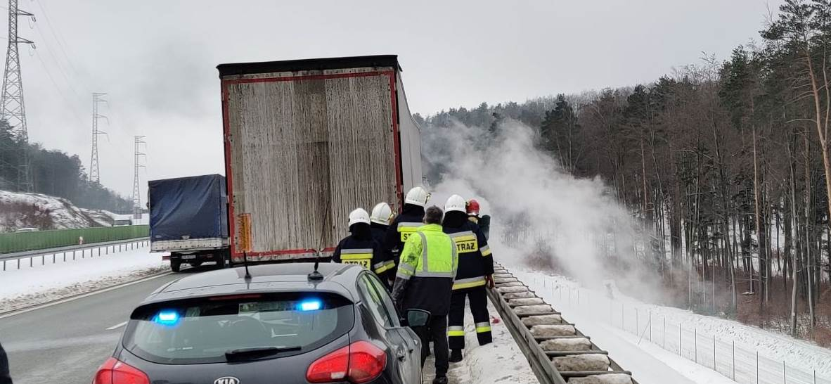 Ciężarówka naczepa w płomieniach