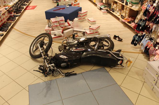 Policja zatrzymała kierowcę motoroweru, który wjechał do sklepu
