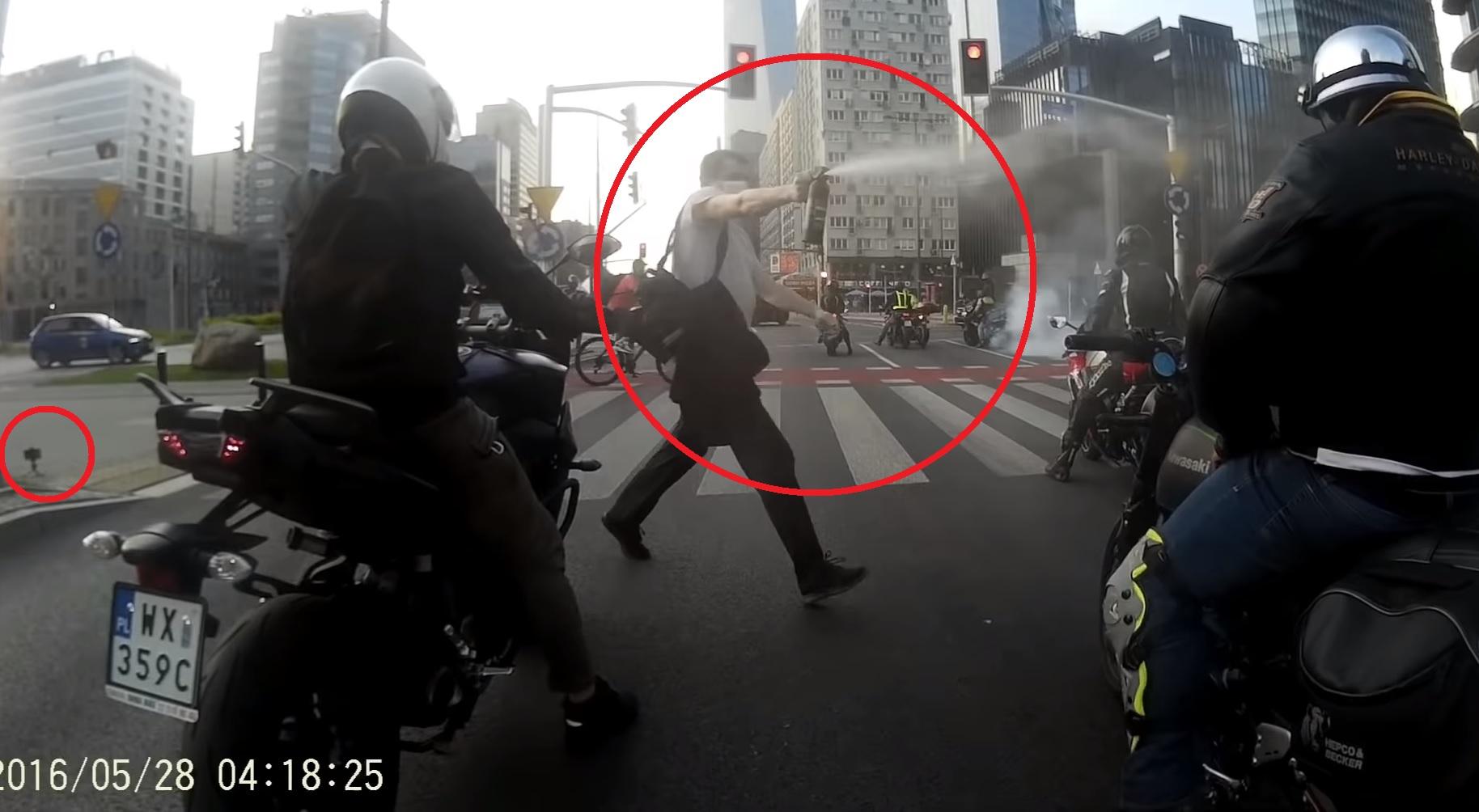 Pieszy zaatakował motocyklistów. To była zaplanowana akcja