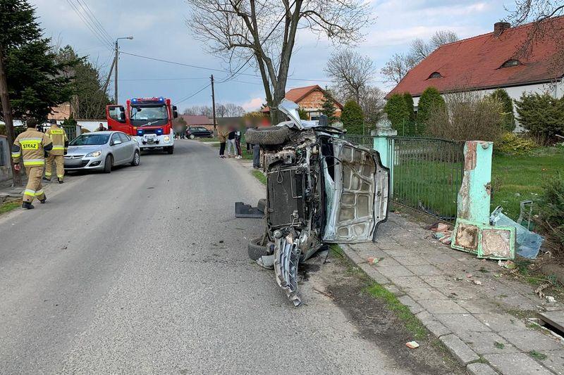 Opolskie. Kierowca mazdy uderzył w ogrodzenie. Miał ponad 3 promile