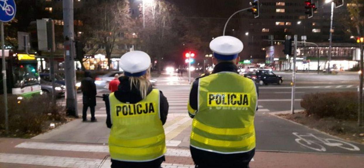 Piesi policja przed przejściem