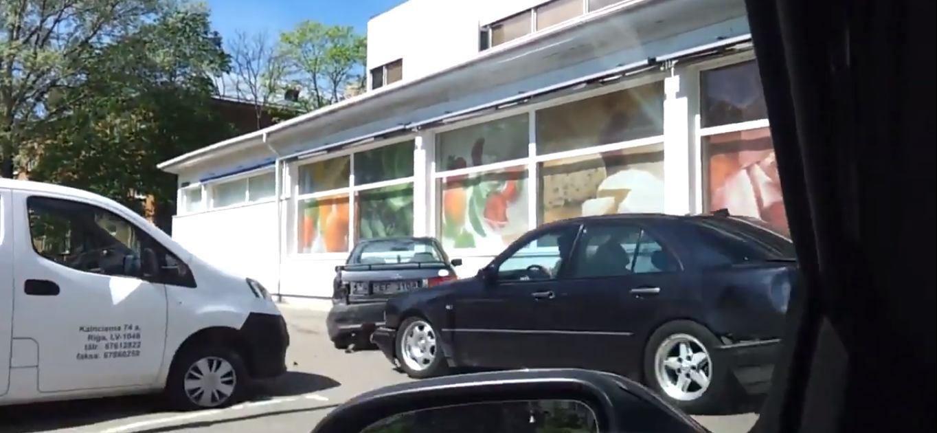 Kierowca mercedesa rozróba parking