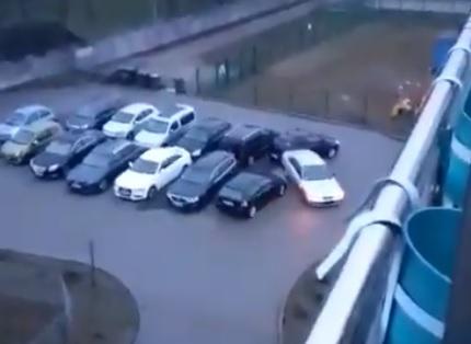 Pijany kierowca we Wrześni uszkodził kilka aut na parkingu. Źródło: Twitter @BorowiakPolicja