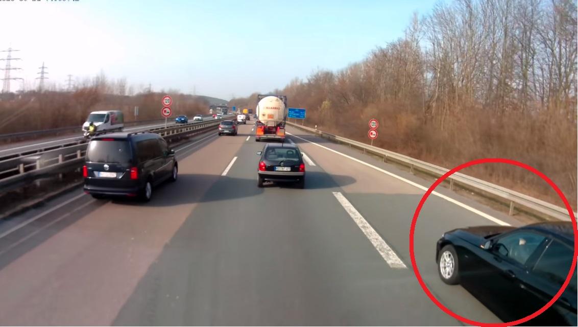 Kierowca BMW wpakował się tuż pod auto ciężarowe. Dlatego trzeba patrzeć w lusterka