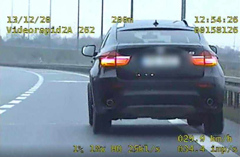 Kierowca BMW jechał z niedokręconym kołem