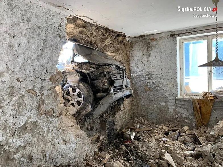 Wypadek Audi - Przebiło ścianę budynku