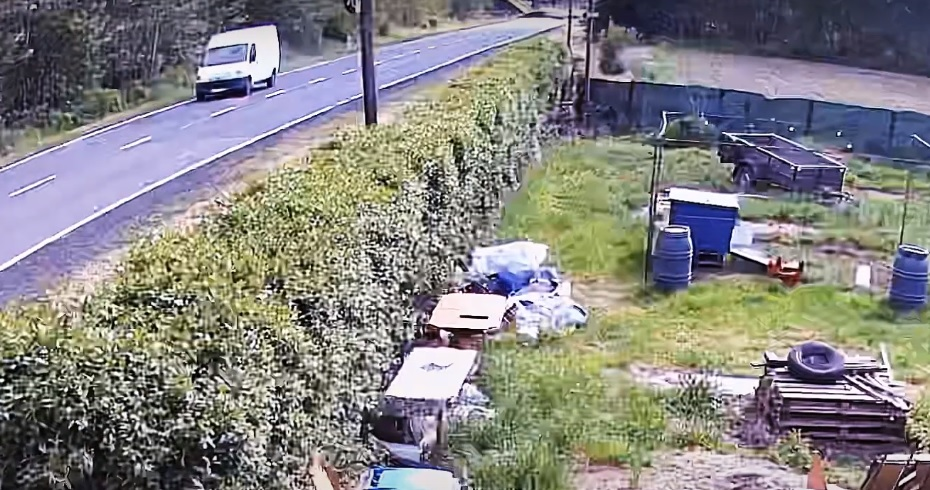 Kierowca białego busa potrącił rowerzystę. Wysiadł tylko po to, aby zabrać lusterko