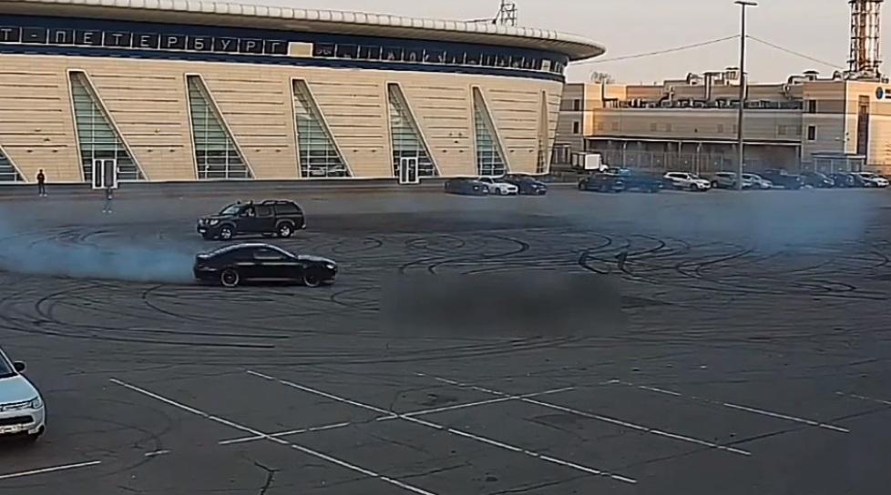 Kierowca BMW kręcił bączki na parkingu. Jego auto stanęło w płomieniach.