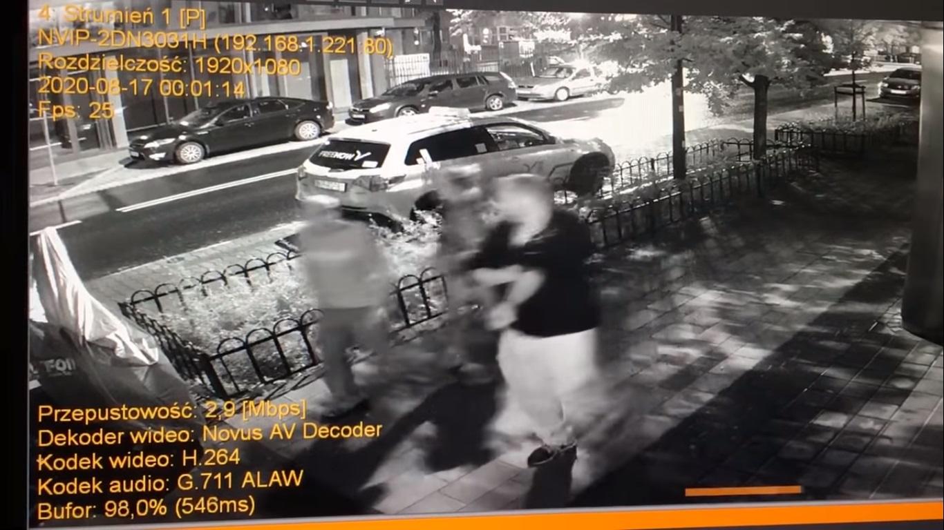 Wideo przedstawiające kobietę niszczącą bez powodu cudzy motocykl