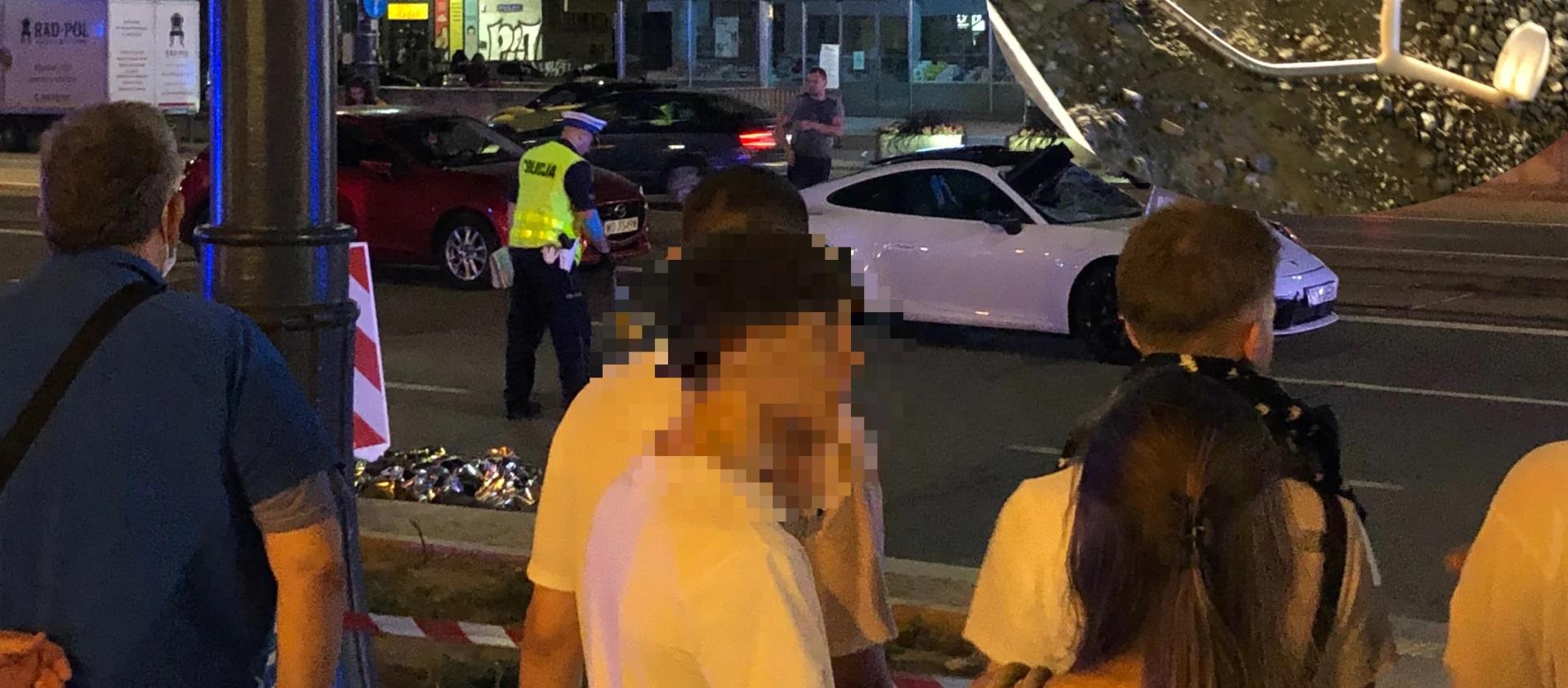 Pieszy o kulach potrącony w centrum przez Porsche. Mężczyzna nie żyje