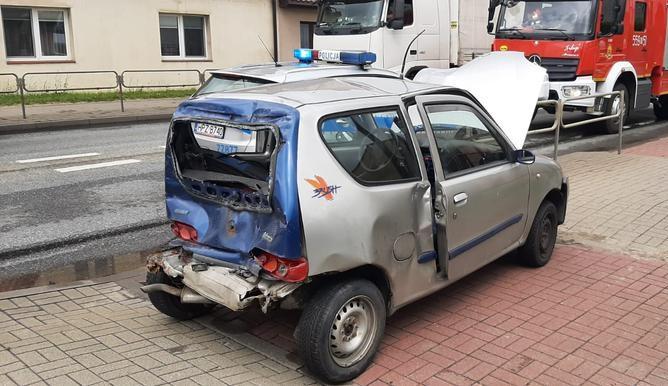 Ciężarówka wjechała w tył fiata seicento. Dwie osoby poszkodowane