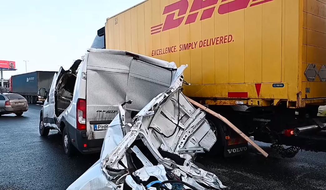 Wypadek na obwodnicy Pragi - Ducato niemal rozerwane na pół