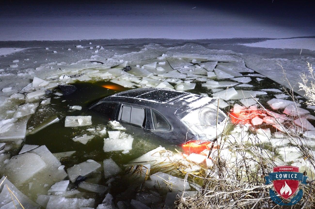 Porsche wjechało do stawu
