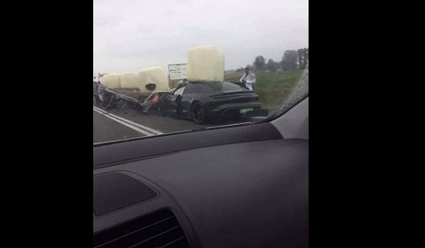 Porsche Taycan uderzyło w przyczepę