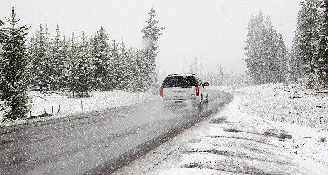 W jaki sposób zmienia się droga hamowania w trakcie jazdy?