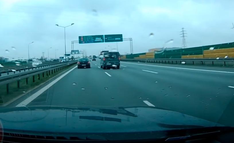 Kierowcy walczyli ze sobą na drodze. Takie zachowania prowadzą do wypadków! Źródło: YouTube/Stop Cham
