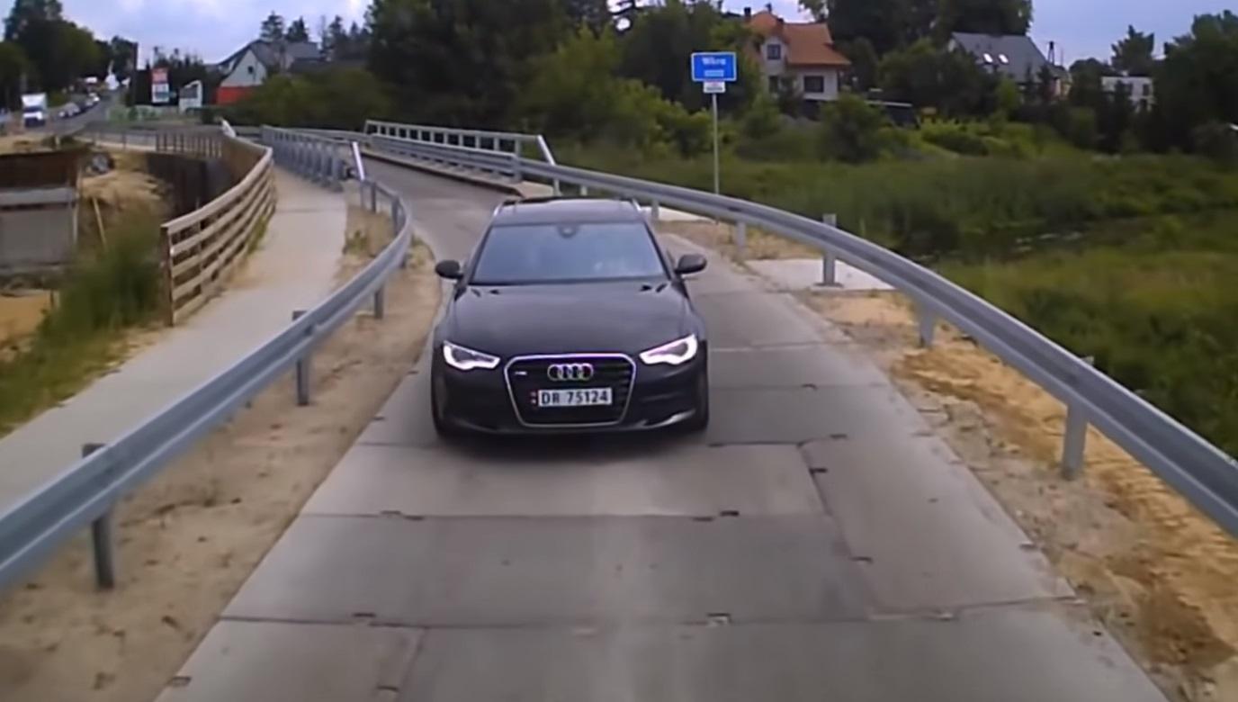 Kierowca audi wjechał na czerwonym i ominął kolejkę aut. Spotkała go szybka karma
