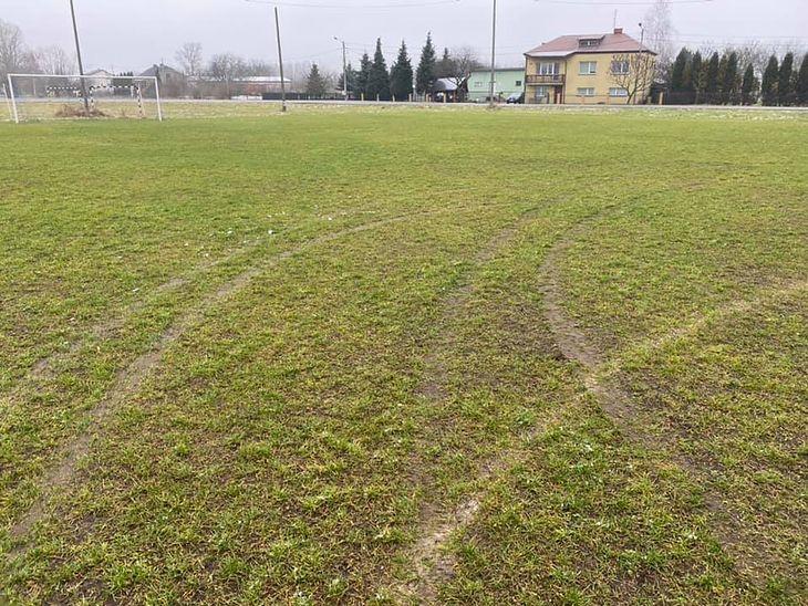 Drifter zniszczył murawę boiska