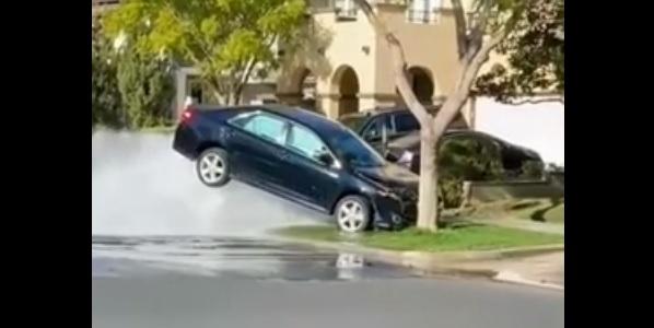 Toyota Camry uderzyła w hydrant
