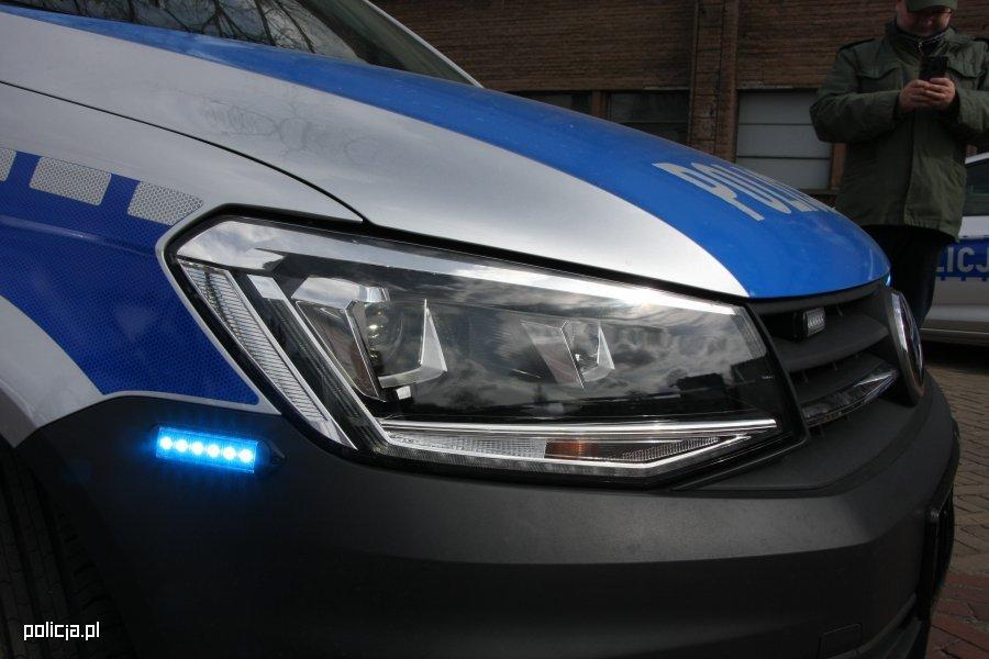 Policjanci zatrzymali 47-latkę, która wyrzuciła psa z samochodu. Źródło: Policja.pl