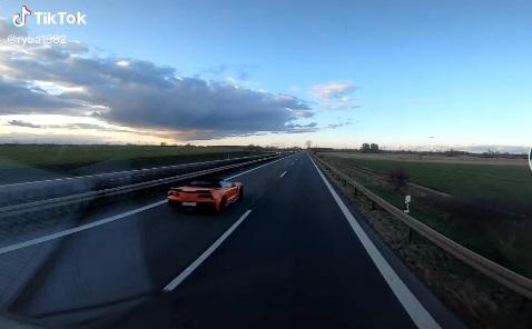 Kierowca TIR-a wyprzedzony przez Chevroleta Corvette C7. Kierowca był zaskoczony prędkością amerykańskiego auta. Źródło: TikTok