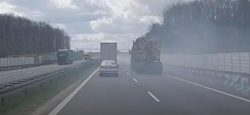 Volkswagen Golf dymi na ekspresówce