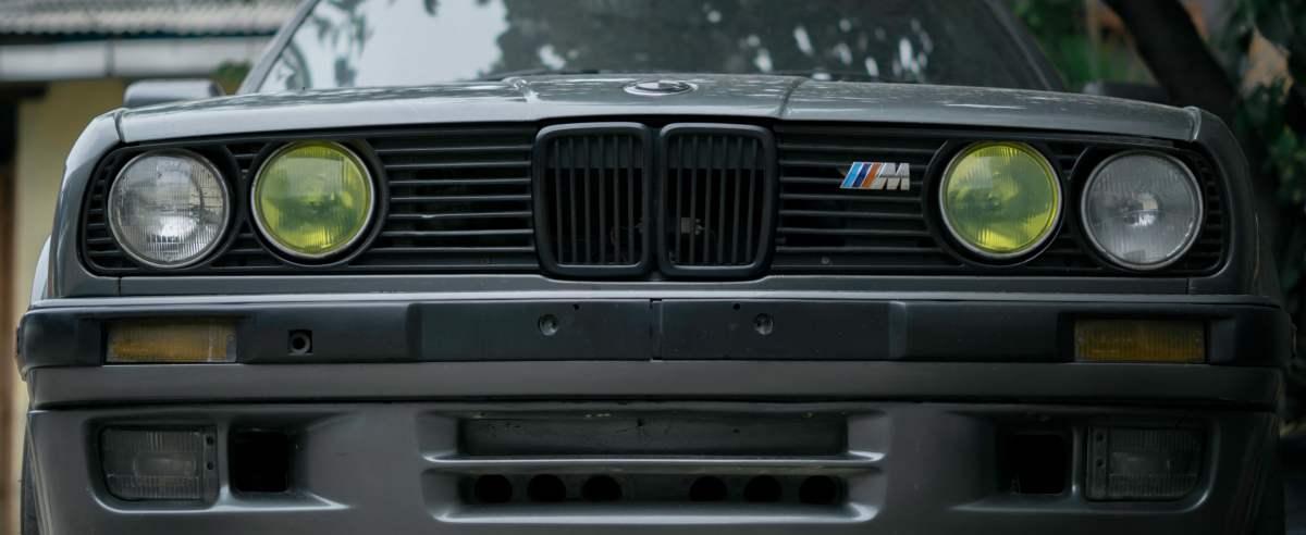 Kierowca BMW rozbił auto na wiacie z wózkami